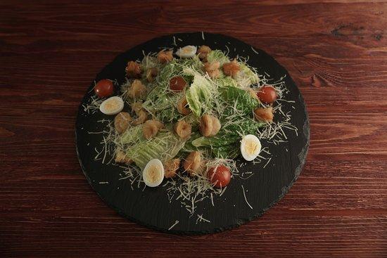 Restaurant Ochen Vkusno: Цезарь с креветками отличается размером порции икреветками