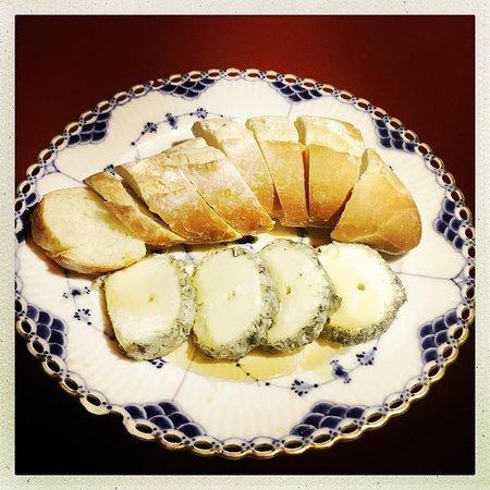 Rolo de Cabra Cendré - queijo de cabra defumado regado com mel.