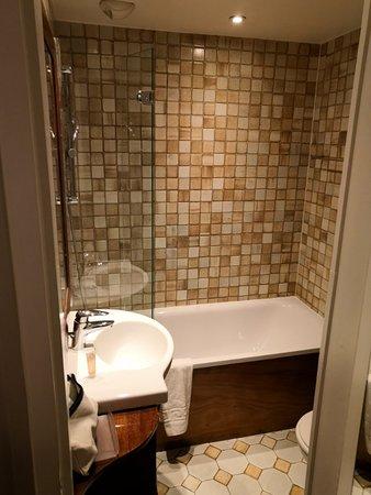 Chambre satisfaisante. Salle de bain vieillotte