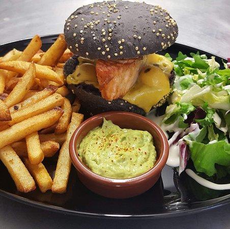 Chartres-de-Bretagne, Francja: Black burger saumon, pain à l'encre de sèche, guacamole maison et frites maison ☺️