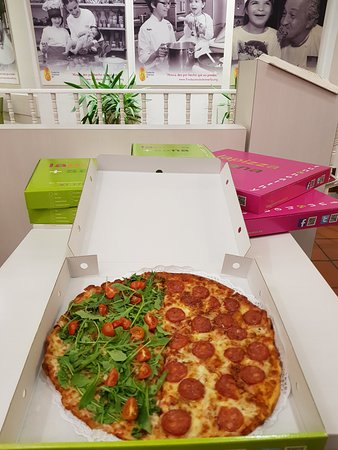 Tanto en nuestro local como para domicilio, pizzas medianas y grandes es posible hacerlas mitad-mitad.