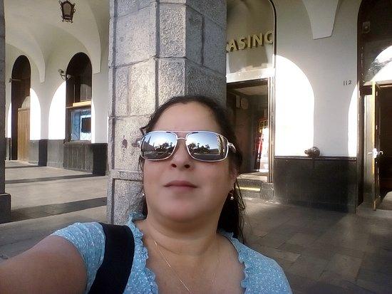 Salida a la plaza de Armas. la puerta de ingreso al hotel esta pasando el casino.