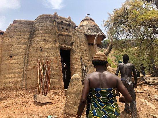 Contando en directo un gran viaje por Benín y Togo en busca de las raíces del vudú y siendo testigos de prácticas animistas de etnias que conservan sus creencias ancestrales. En la foto una tata somba (o tamberma) en la región togolesa de Kara. Puedes seguir este viaje en las redes sociales de El rincón de Sele.