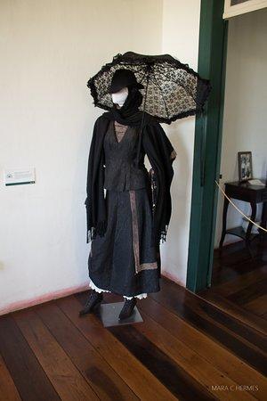 Mostra dos roupas, em diferentes classes sociais e ocasiões.