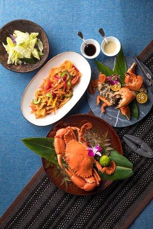 沖縄県産マングローブクラブのサラダ&パスタ ¥8,000(税サ別) (2~4名様でお召し上がりいただけます)  マングローブ蟹の甲羅やハサミの中に詰まった身を堪能。またパスタでは、その濃厚な旨みが染み込んだソースと島野菜の饗宴を楽しめる贅沢なメニューです。