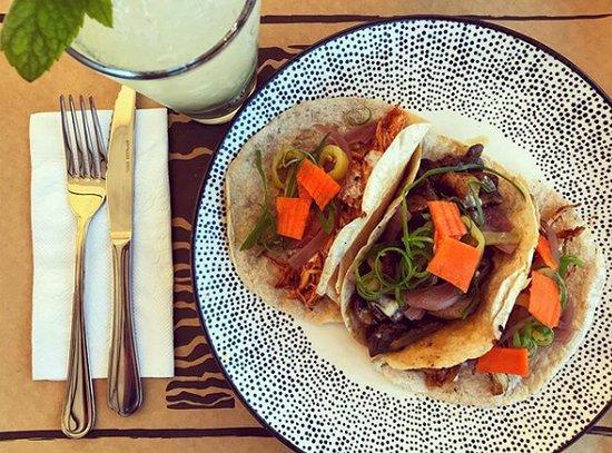 Trilogía de Tacos con Mojito