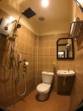 Hotel Zamburger Heritage Melaka: Attached bathroom & toilet