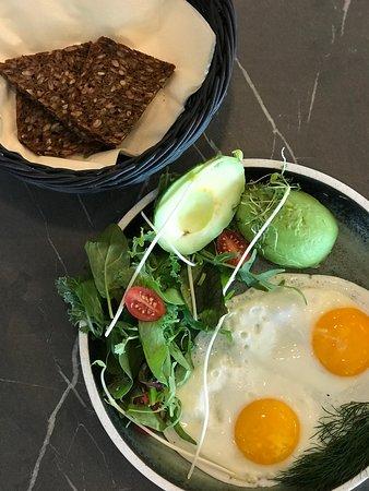 """I vores lange åbningstid serverer vi både morgenmad, brunch, frokost og aftensmad!  Her ses vores """"Perfect start"""" som  fås fra kl. 09-12, mandag-fredag."""