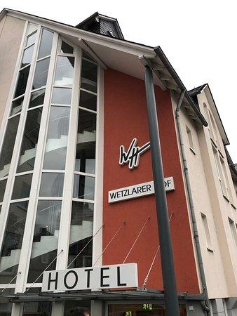Das Hotel Wetzlarer Hof ist auf TripAdvisor nur als Restaurant gekennzeichnet, hat aber auch modern eingerichtet und saubere Zimmer.
