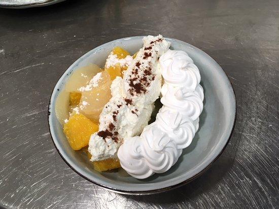 Pavlova fruits frais de saison meringue et crème fouéttée à la vanille