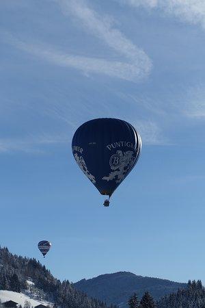 Heissluftballon in der Nähe der Skischule