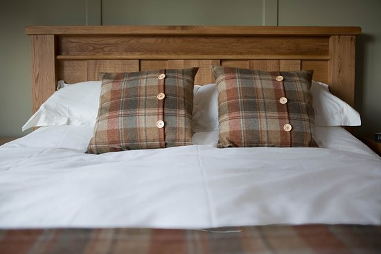 Uist Forest Retreat Ltd: King size chunky oak bed, feather duvet and pure cotton sheets