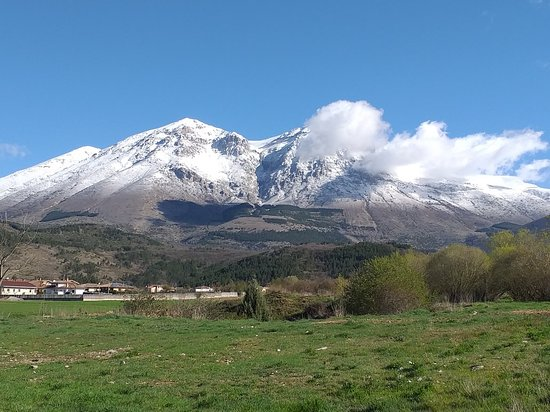 Magliano de' Marsi, Italy: Si avvicina Pasqua, ma stanotte  spolverata di neve sul Velino e temperature vicino i zero gradi, altro che primavera!