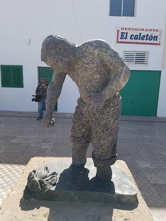 Statue dans le village avant le phare