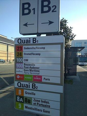 на автобусной остановке в Гавре