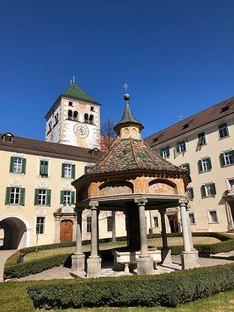 Varna, Italia: Questa splendida abbazia si trova a breve distanza da Bressanone. Per visitarla all'interno è necessario essere accompagnati da una guida. 💡Alloggiando negli hotel in zona spesso si riceve gratuitamente la Brixencard che permette - tra le altre cose - di visitare gratis l'abbazia! 🤓