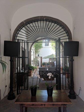 Casa de Los Olivos: The entrance to hotel