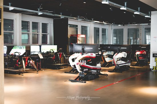 Horgen, Swiss: Das Auge fährt mit - neben unseren 2 beweglichen Motion-Simulatoren haben wir seit 2018 unser neues Modell STAGE1 PRO mit diversen Designs im Showroom stehen.  Foto: M.Kopp