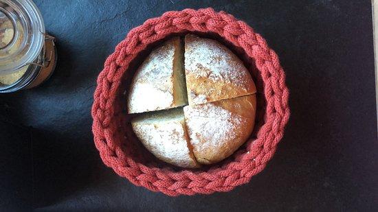 Le pain maison de tout les matins et les corbeilles faites main par notre amie artisane du Valais