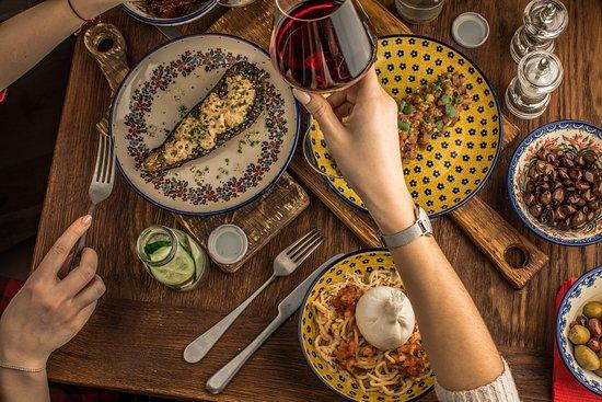 Cheeseria: Приятно провести время в компании друзей и близких, вам поможет непринужденная атмосфера нашей сыроварни. Отменная еда и оригинальные коктейли от наших барменов, сделают вашу трапезу незабываемой. Вам захочется вернуться к нам снова и снова.