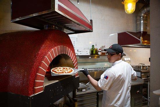 Cheeseria: Правильная неаполитанская пицца в итальянской дровяной печи, по специальным рецептам.
