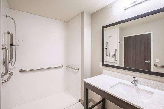 La Quinta Inn & Suites by Wyndham Tulsa Broken Arrow: Guest room
