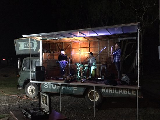Tolmie, Úc: Top class musicians, ice cold beer at reasonable prices, great food and the people were welcoming and informed about the history of the area around where Ned Kelly met his demise... Definitely a place to stop.