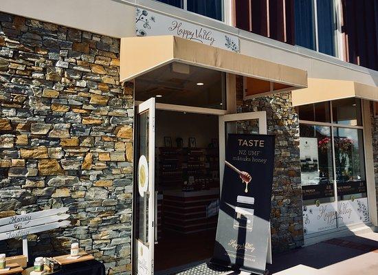 Frankton, New Zealand: Happy Valley Store, next to Frank's Eatery and Ramada Hotel