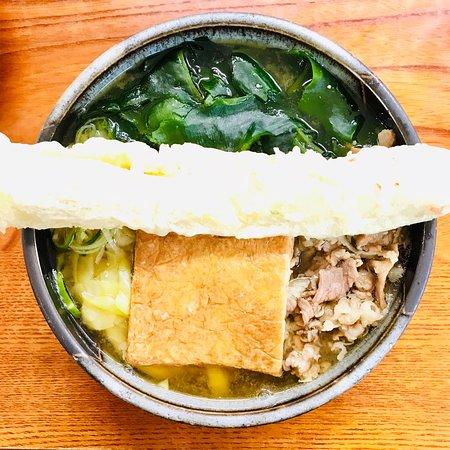 Menkyokaiden: 欲ばりうどん(肉、ワカメ、ちくわ天、キツネ入り) 590円