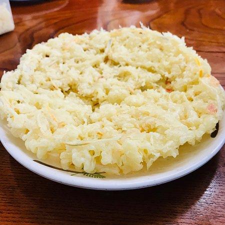 Menkyokaiden: 特大かき揚げ天 100円。どんぶりが埋まる大きさです。