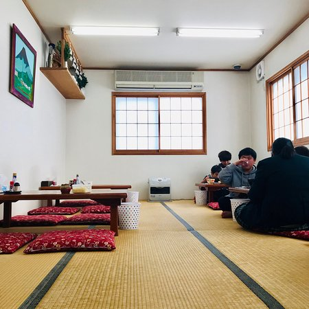 Menkyokaiden: 麺許皆伝の店内。カウンター以外は4人用の座敷席が並びます。