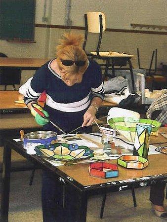 Alcalá la Real, España: Una de nuestras alumnas realizando un curso de larga duración, donde se realizan piezas de vidrio y objetos de decoración.