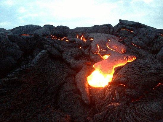 Lava flow from Kilauea - was small and able to get within 5 feet or less than 2 meters to take the picture.  Flujo de lava de Kilauea.  Por ser pequeño el flujo pude acercarme de una distancia de 5 pie o menos de 2 metros.