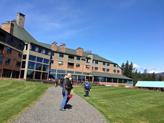 Skamania Lodge: front lawn and lodge