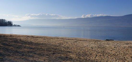 Amazing beach in Yvonand🇨🇭. You can see the lake of Neuchâtel. Jolie plage à Yvonand du lac de Neuchâtel à 30 min de la France ! Vedete una bella spiaggia in Yvonand. E il bel lago di Neuchâtel.
