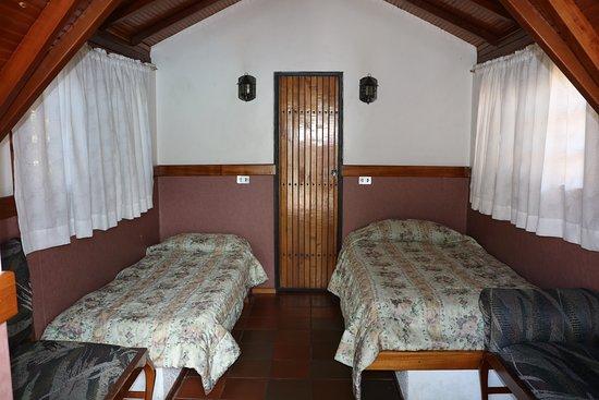 Ambuqui, Ecuador: Mini cabaña para dos personas con camitas individuales muy cómoda cuenta con baño privado, agua caliente, Wifi, TV.