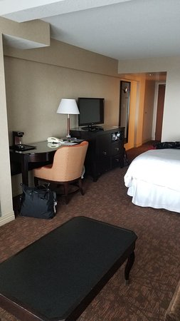 Sheraton on the Falls Hotel: Bedroom with sitting area