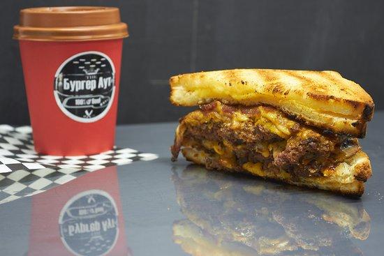 🍔 Bacon Out Jr. // Бекон Аут Младший, +- 300 г - 350 ₽  говяжья котлета, тостовый хлеб с сыром чеддер, копченный бекон, фирменный соус и соус BBQ. ...................................................................................................................................... ⠀ Котлеты для наших 🍔 Бургеров мы делаем из мраморной говядины  🐃 Aberdeen Black Angus от Мираторга.  Готовятся наши Бургеры на огне! 🔥  Наша прожарка по умолчанию Medium❗