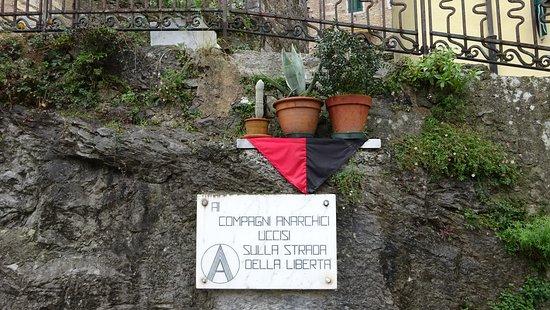 Colonnata (Carrara) -Targa ricordo dedicata alla resistenza degli anarchici in Toscana e in questo caso a Colonnata. Gennaio 2016