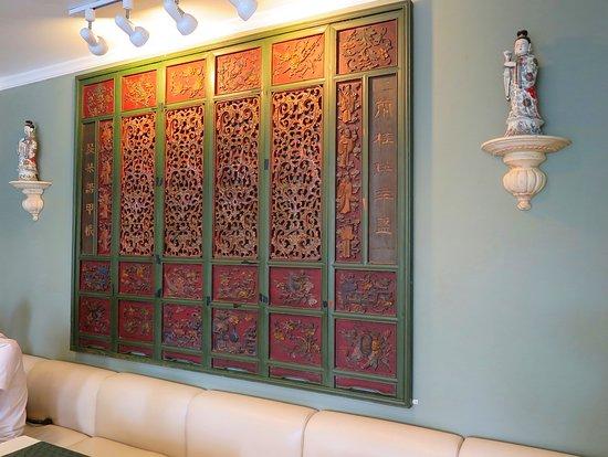 Prapak Restaurant: มุมผนัง ฝั่งตรงนี้ นำ แผ่นไม้ ฉลุลวดลาย สวยงามแบบโบราณมาประดับ สวยดีครับ