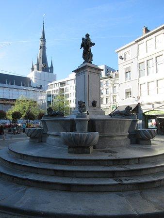 Fontaine de la Vierge a l'enfant