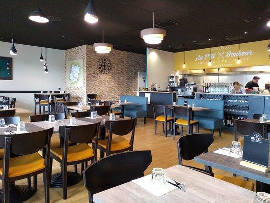 Brasserie Au P'tit Bonheur: Salle de restaurant avec cuisine ouverte