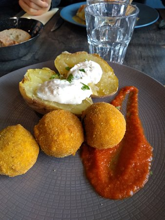Brasserie Au P'tit Bonheur: Aranchini de boeuf, champignons et épinards bio, sauce diable, pomme de terre au four, sauce ciboulette (sans gluten)