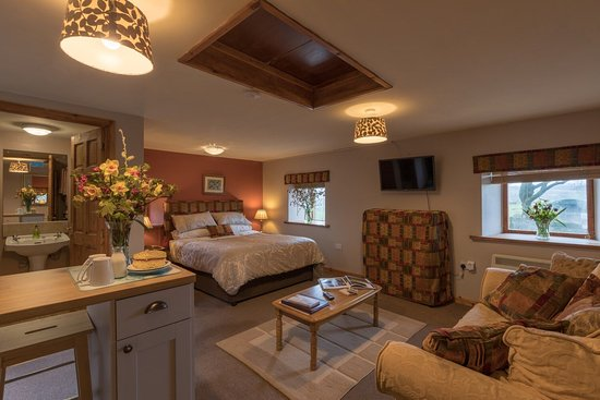 Mosedale End Farm Bed and Breakfast & Glamping Pod: The Grainery Suite, with mini KITCHEN & private own balcony