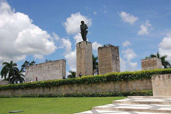 En la Excursión por la ciudad de Santa Clara usted visitará la Plaza Ernesto Guevara (Ché).