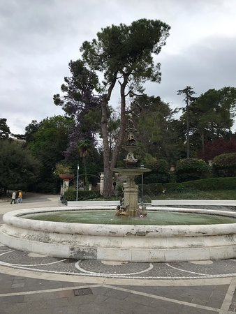 Chieti, Itálie: Glicine sullo sfondo della fontana