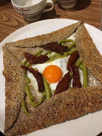 Uovo al'occhio di bue, asparagi e pomodori secchi