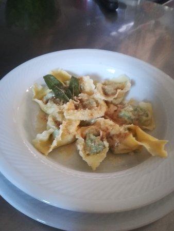 Ristorante MonteOro: La nostra pasta fresca fatta in casa: Tortelloni di Magro al burro e Salvia