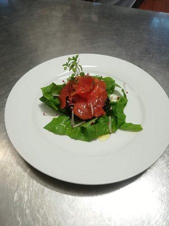 Ristorante MonteOro: Trota marinata alla Ruta e Liquerizia, su letto di insalatina novella e salsa Yogurt