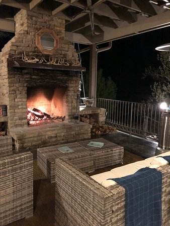 The Lodge Above Town Creek: Outdoor lounge area by the pool